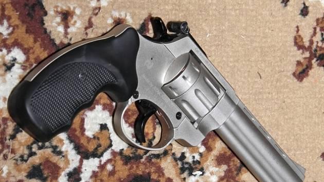 Zbraň.