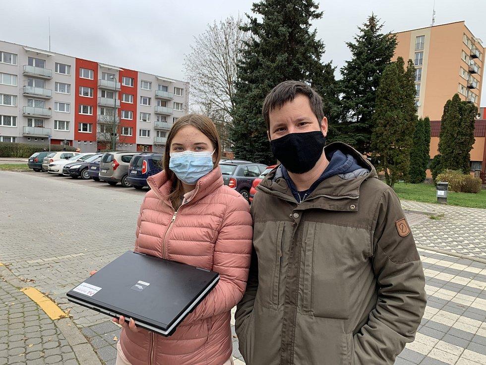 Lukáš Vašíček předal během posledních měsíců dětem již desítky počítačů.