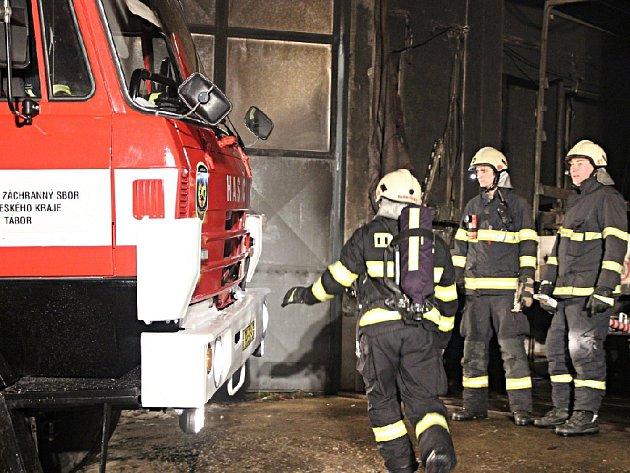 Táborští hasiči u požáru autodílny v Nové Vsi u Chýnova.