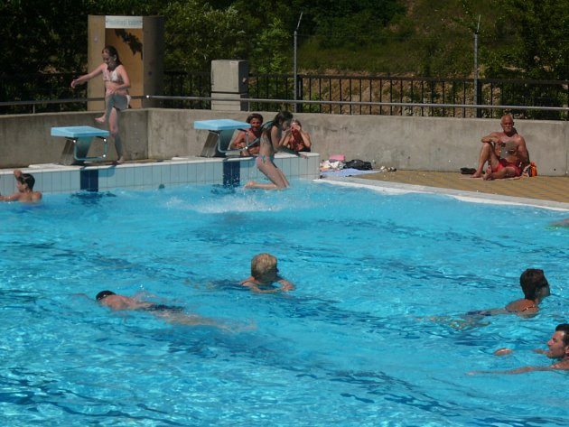 Bazén Táboře láká v parném počasí davy lidí.