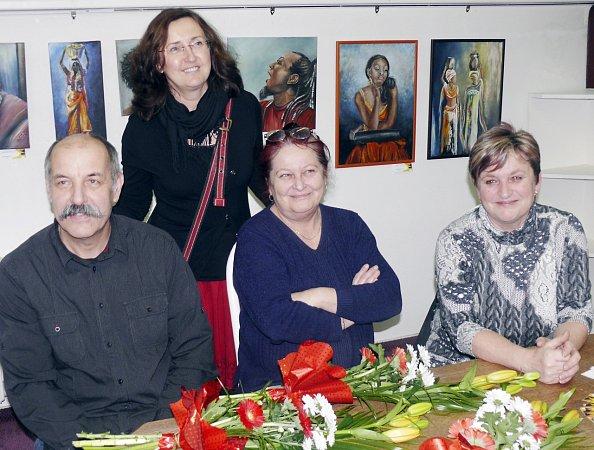 Zdeněk Bárta (vpředu zleva), Naďa Kubartová a Hana Jinderlová věnovali olejomalby, které čeká dražba. Její výtěžek poputuje hospicu Jordán. Na snímku jsou zachyceni sředitelkou Domácího  hospicu Jordán Janou Chalupskou.