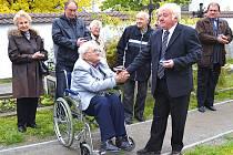Starosta Antonín Brož předal na včerejším pietním aktu pamětní medaili Jaroslavu Hojdarovi, který se významně podílel na exhumaci, přemístění a uložení ostatků Josefa Raiskupa.