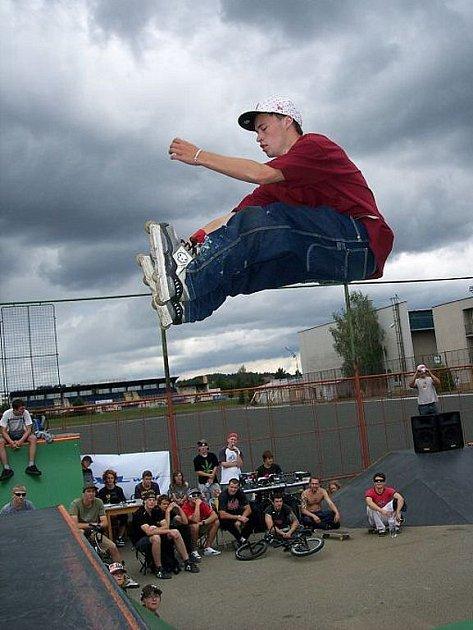 V Milevsku se sešli vyznavači moderních sportů provozovaných ve skateparku. Na minirampě bojovali také in–line bruslaři. Prim hráli v těchto kláních závodníci z Tábora. Jakub Jirák (na snímku) obsadil druhou příčku (viz článek na této straně).