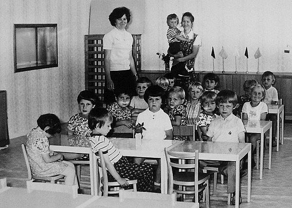 Snímek zachycuje děti zmateřinky vroce 1977.