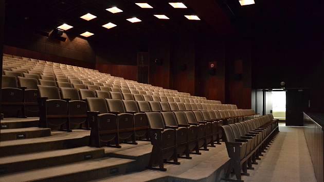 Fotografie sálu v původním stavu i po rekonstrukci pro srovnání.