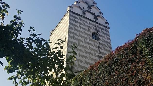 Táborská radnice zahájila udržovací práce na fasádě Vodárenské věže.