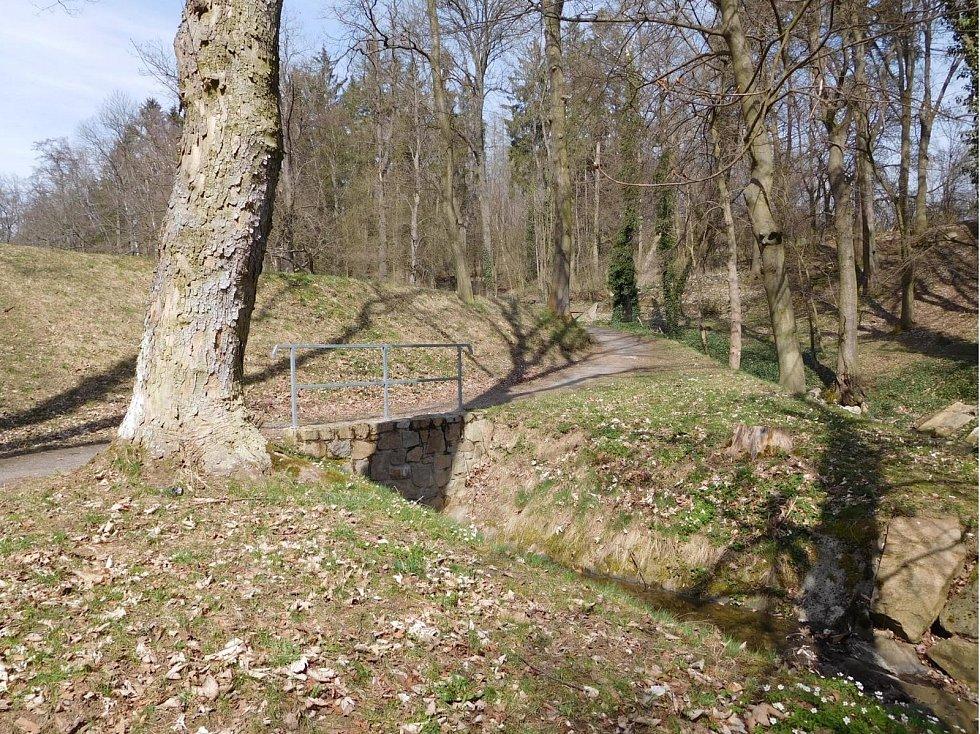 Opět podat žádost městu na instalaci okrasného dřevěného zábradlí v historickém stylu u přelivu rybníka Chadimák, kterým by se zároveň zajistila bezpečnost chodců, s návrhem, že zhotovitelem by mohl být Milan Pešek