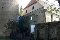Městská knihovna se nachází v  hradu přímo vedle hradní věže Hlásky. Výraznou dominantu představuje kromě věže samotné i charakteristický prosklený vchod.