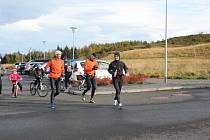 Na prvním snímku René Kujan (vpravo) krátce po startu. Má za sebou prvních pár metrů. Společnost mu dělá Gummi,  který oběhl Island v rámci čtyřčlenné štafety.