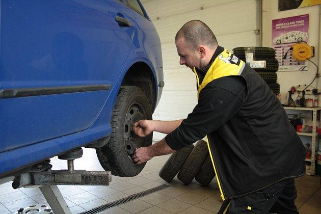 S výměnou zimních pneumatik ještě chvíli počkejte.