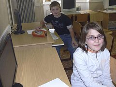 Páťáci Jakub Kudrna a Eva Hrušková si společně se svými spolužáky vyzkoušeli nanečisto plošný test z matematiky a anglického jazyka.