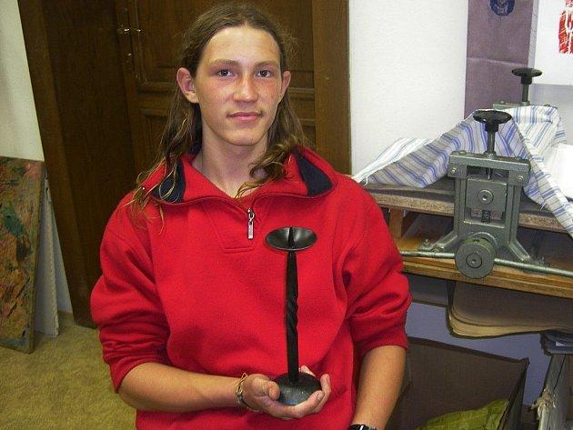 Bohumil Habich (16) ukazuje vlastnoručně zhotovený svícen.