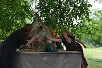 V sobotu se v Bechyni hrálo divadlo v trávě Klášterní zahrady.