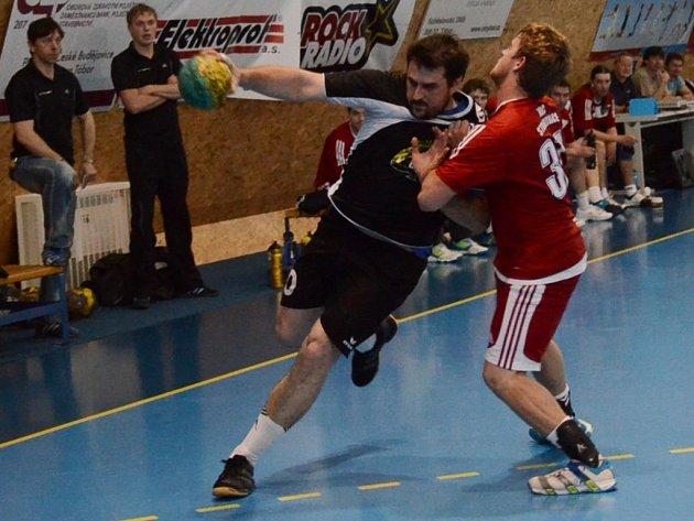 Pavel Brožek (vlevo) útočí.