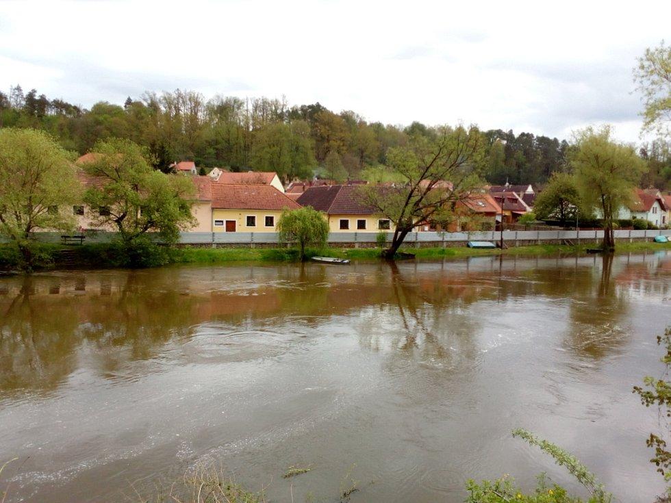 Deště zvedly v polovině května 2021 hladinu řeky Lužnice. Na snímku Bechyně, kde byly instalovány i protipovodňové stěny, situace 15. května.