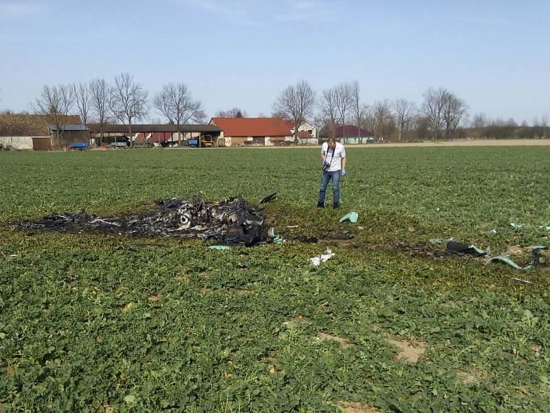 U Kundratic na Táborsku spadlo letadlo a shořelo. Dva lidé zemřeli.