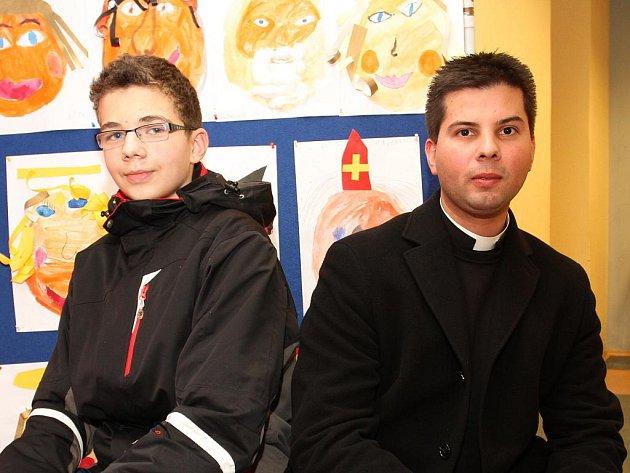 Žák Základní školy Bernarda Bolzana a kněz Vojtěch Vágai si vyměňovali názory o Vánocích. Čertovi za nimi se nepodařilo rozhovor narušit.