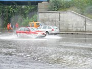 Voda se dostala až ke kruhovému objezdu u Tesca.