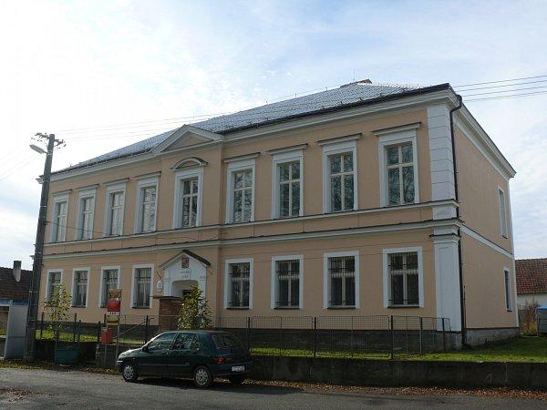Druhá budova školy, kde je nyní obecní úřad a pošta.