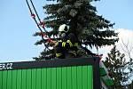 Profesionální hasiči z Tábora stavěli ve čtvrtek 19. března u táborské nemocnice odběrové místo.