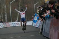 Vítězný Brit v cíli závodu U23.