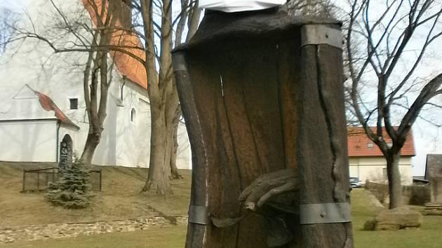 Dřevěnou sochu Jana Žižky z Trocnova v Sudoměřicích u Tábora někdo ozdobil také rouškou.