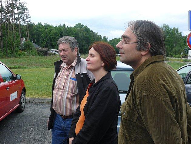 Iniciátorem petice za bezpečnější křižovatku U sloupu je Lucie Svobodová Absolonová (uprostřed).