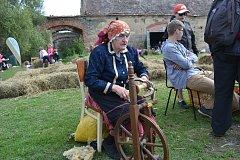 Marie Šťastnová i ve svých 88 letech přijela ukázat do Borotína, jak se přede na kolovratu.