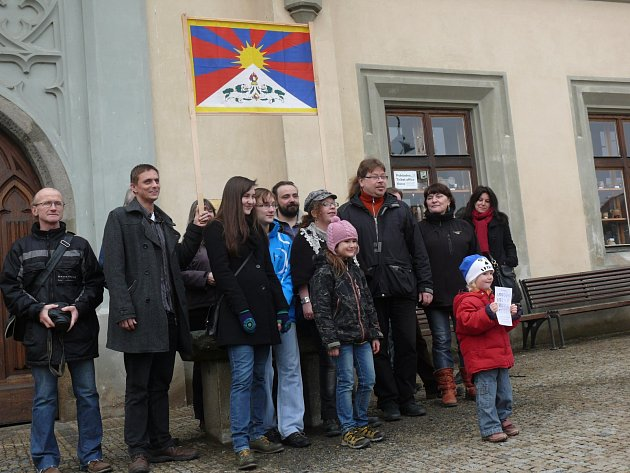 Husitské muzeum dostalo zákaz vyvěsit tibetskou vlajku, tak se dnes úderem desáté sešli lidé na Žižkově náměstí, aby ji alespoň podrželi ve svých rukou.