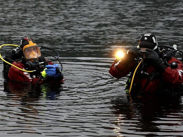 Potápěči se musí nořit pod studenou hladinu Římovské přehrady se svítilnou, protože v hloubce nevidí víc než na tři čtyři metry.