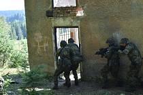 Vstup do budovy při výcviku  boje v zastavěném prostoru.