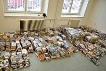 Odpočinková místnost pro vrácené publikace po dvou dnech přetéká.