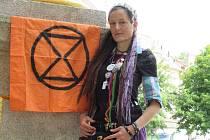 1) Život jí dal do vínku židovské geny a charisma. Krista Cruz je soběslavská aktivistka a extremistka, které nejsou globální problémy lhostejné. Přestože neměla snadný život, myslí na budoucnost naší planety. Setkala se jak s domácím násilím, tak nepocho