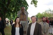 Slavnost odhalení busty dirigenta Karla Ančerla (+ 1973) v rodných Tučapech na Soběslavsku. U busty vnučka Karla Ančerla Maximiliane, sochař Pavel Přikryl a vpravo kovolijec Lukáš Vágner.