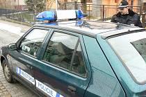 PŘESTROJENÍ. Díky  magnetickým tabulím a magnetickému majáku se stane z auta úřadu auto městské policie.