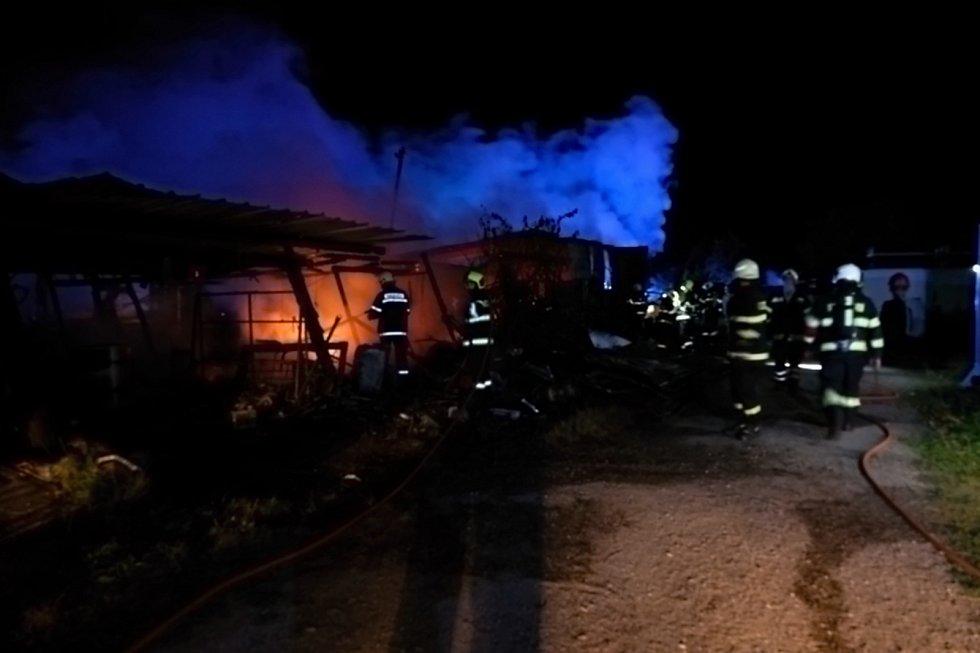 Požár garáže a dílny v Myslkovicích na Táborsku. foto HZS JČ