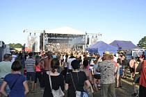 Fanoušci si v sobotu užívali vystoupení Škworů, Harleje i dalších oblíbených skupin. Počasí festivalu přálo.