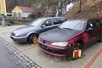 V pondělí 2. března při první kontrole placeného parkování nasadili strážníci na čtyři vozidla tzv. technický prostředek k zabránění odjezdu. Dvě tzv. botičky dosud zůstávají na automobilech značek Lancia a Peugeot.