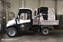 Elektromobil s nástavbou obsahující čerpadlo na bateriový pohon může využít i dešťovou vodu.