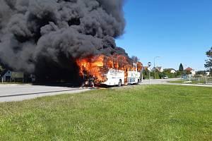 U Vřesců hoří autobus.