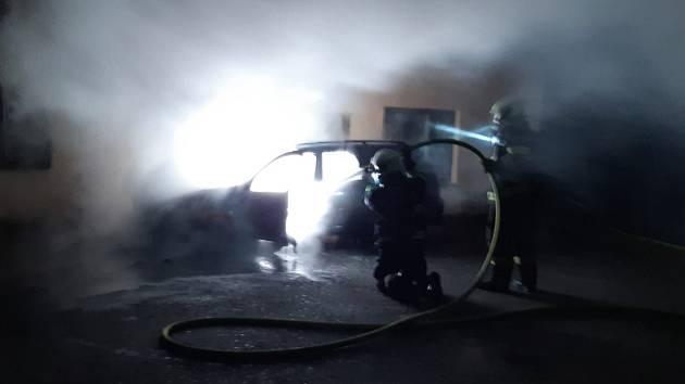 V sobotu 14. září v noci hořel vůz v Šafaříkově ulici v Táboře.