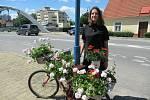 Patnáctiletá Andrea Němcová zapózovala u kola s beruškou osazeného nenáročnými muškáty.