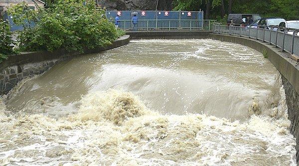 CO DOKÁŽE DÉŠŤ.  Loni se po vytrvalých deštích ten samý potok změnil vdravou řeku.