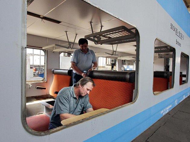 Pracovníci společnosti PMV SERVIS v Českých Velenicích rekonstruují vagony, které byly vyrobeny v roce 1976 v Německu