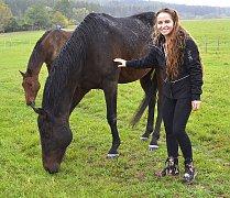 Trojnásobný vítěz Velké pardubické si užívá zasloužený  odpočinek nedaleko Mladé Vožice. Patricie Pitříková ho totiž  ubytovala ve svém Domově pro koně v Leštině.
