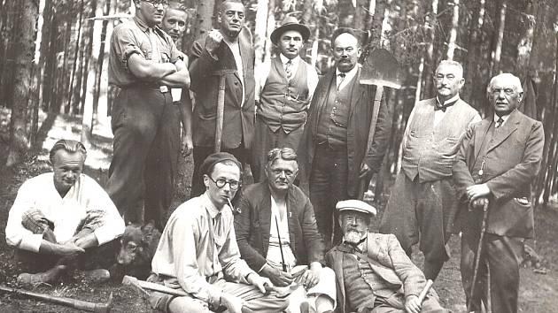 Členové muzejního spolku při odkrývání pravěkých mohyl Bechyňsku. Psala se 30. láta minulého století.