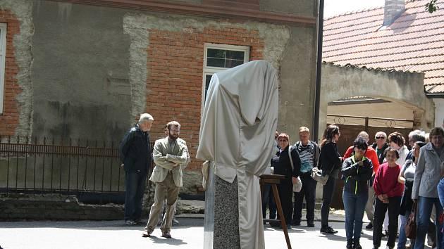 Slavnost odhalení busty dirigenta Karla Ančerla (+ 1973) v rodných Tučapech na Soběslavsku.