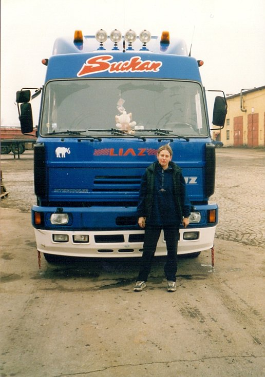 Romana Radostová před první jízdou kamionem.