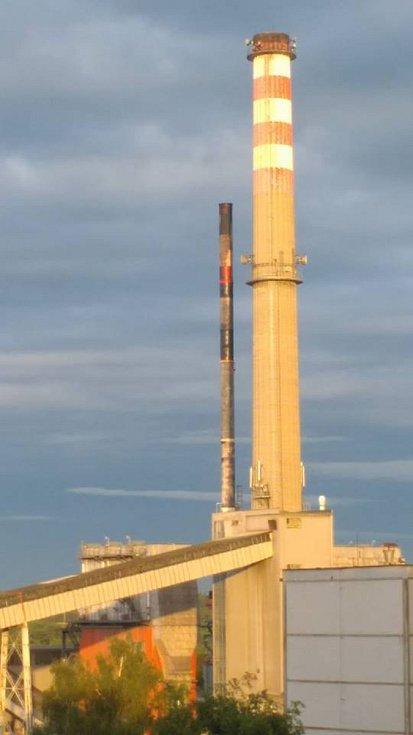 Pohled na komín teplárny v Plané nad Lužnicí, který v noci na úterý zachvátil požár.