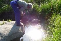 Karel Urbánek kontroluje vodu v tůních.